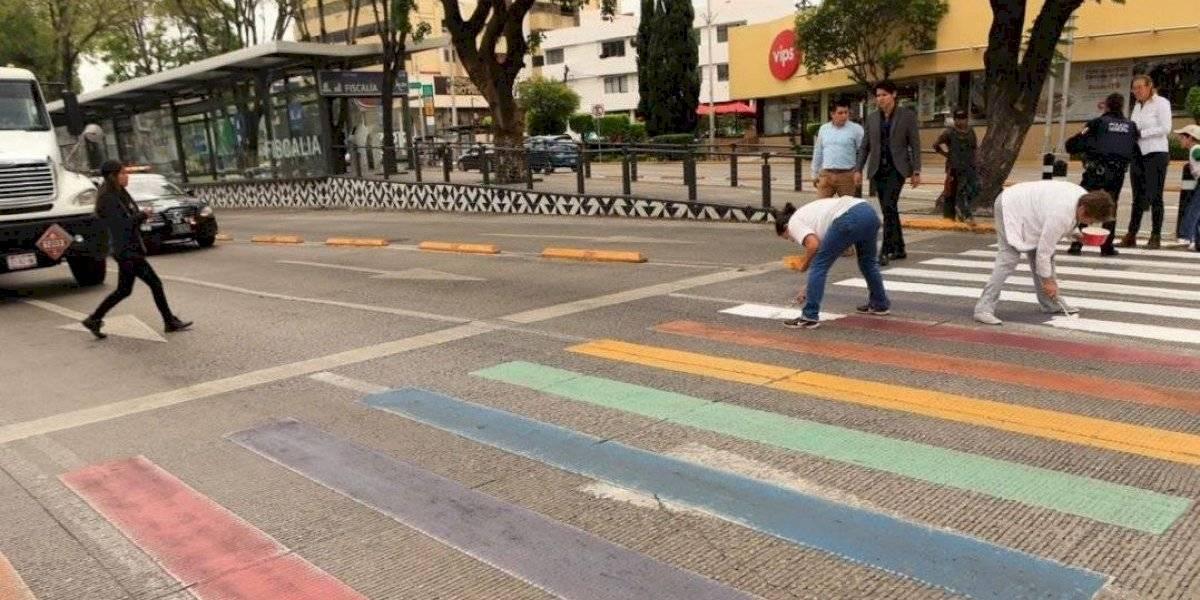 Cruces peatonales LGBT+ son pintados de blanco por grupos provida en Puebla