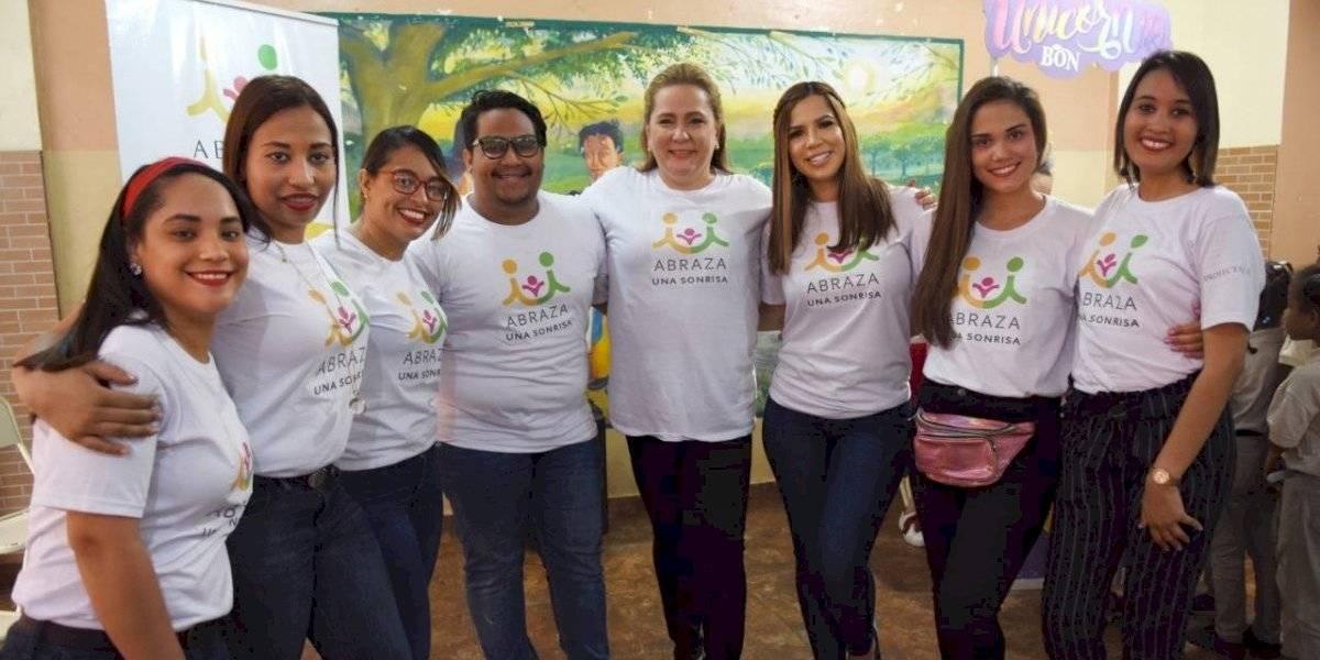 Jóvenes solicitan útiles escolares para donar a niños de escasos recursos