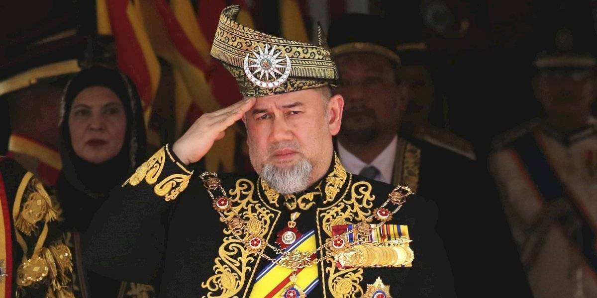 Rey de Malasia dejó el trono por una rusa y se separó a los siete meses