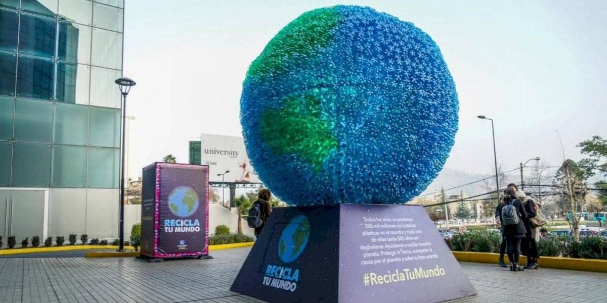 Escultura gigante y sustentable del Planeta Tierra aterriza en Costanera Center