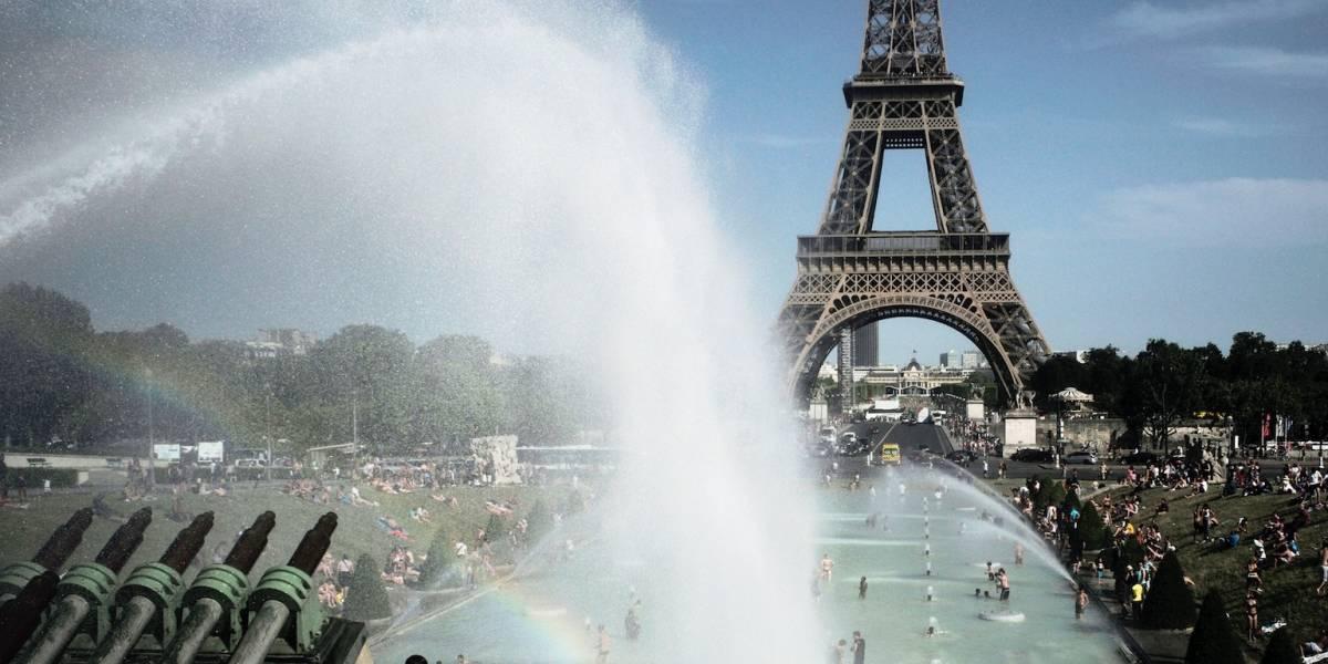 Torre Eiffel lucha contra el hielo mientras nieva en Europa
