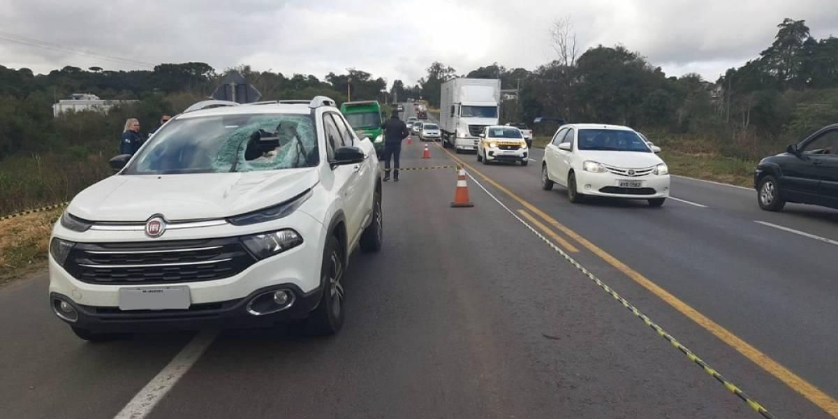 Mulher morre após ser atingida por peça que se soltou de caminhão