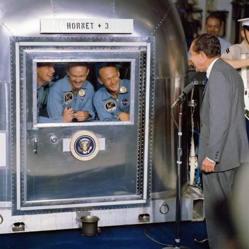 Richard Nixon y astronáutas