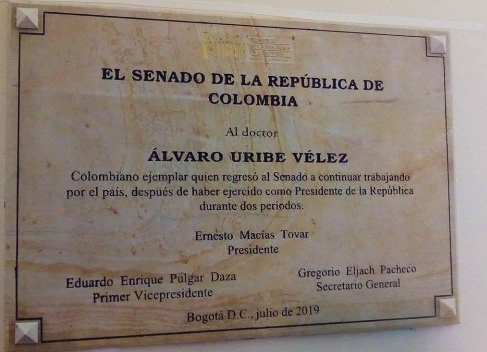 Placa de Macías en honor a Uribe es ilegal: oposición