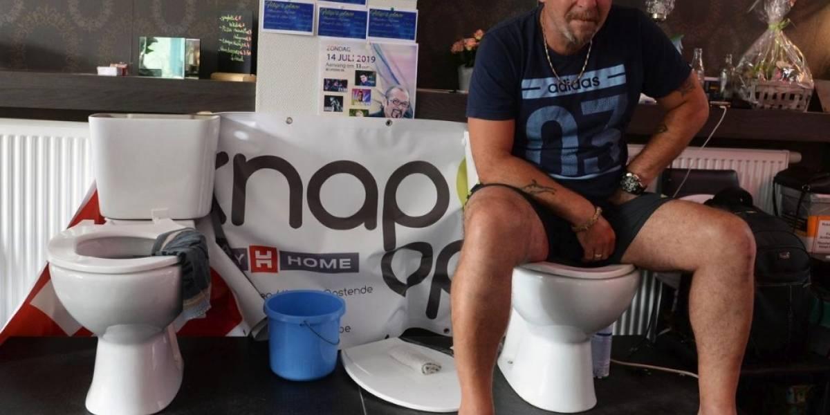 Juego de tronos: Un hombre intentó romper el Record Guinnes de más horas sentado en el inodoro