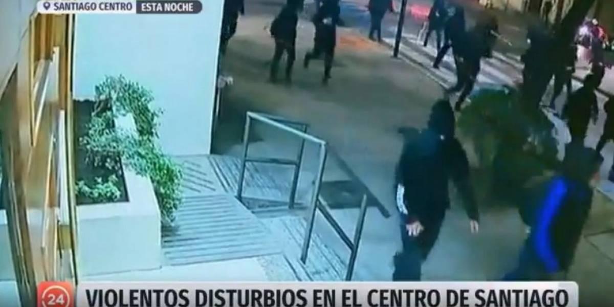 """Barricadas y violencia luego de """"velatón"""" en Plaza Baquedano"""