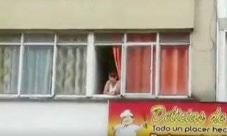 Gran alboroto causó mujer pasada de tragos que lanzó billetes desde la ventana de su casa