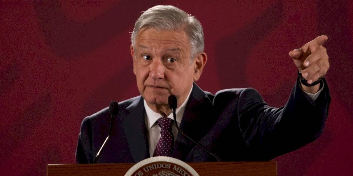 Revela AMLO que un ex presidente debe impuestos; omite nombre