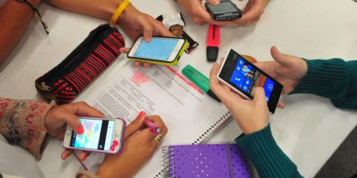 Impulsan consulta y campaña para restringir el uso de pantallas de celulares o tablets en la sala de clases