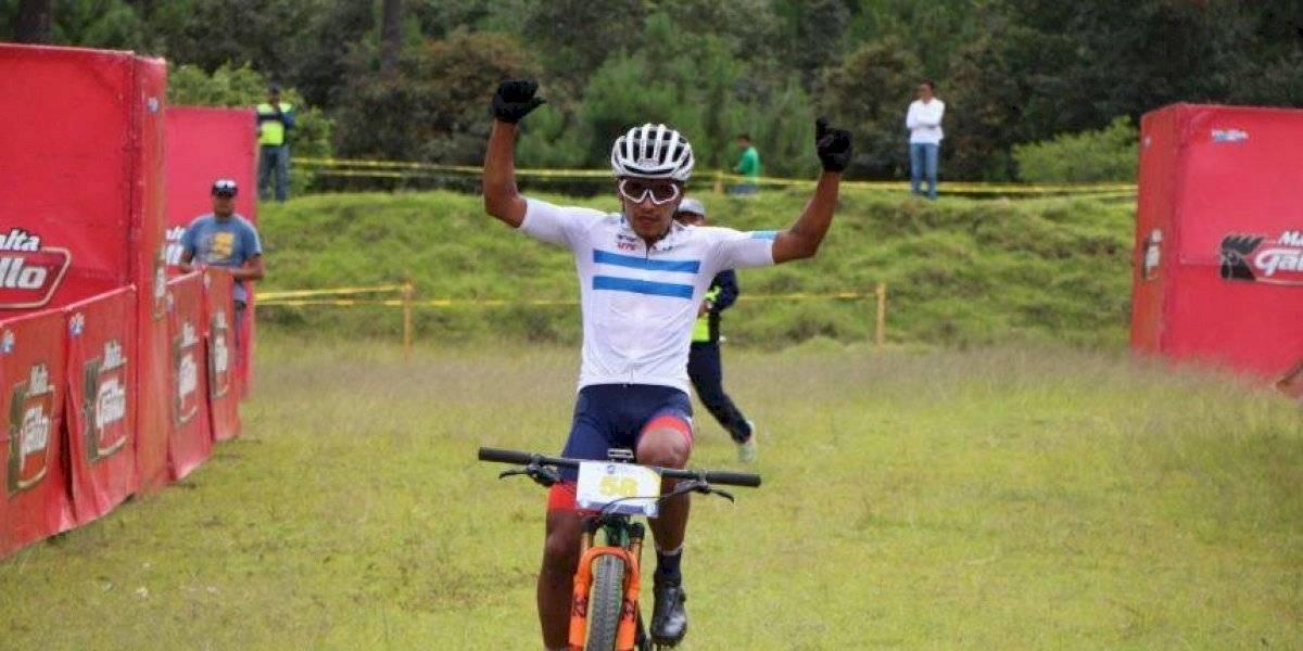 Jhonnathan De León recibe emotivo regalo al finalizar evento ciclístico