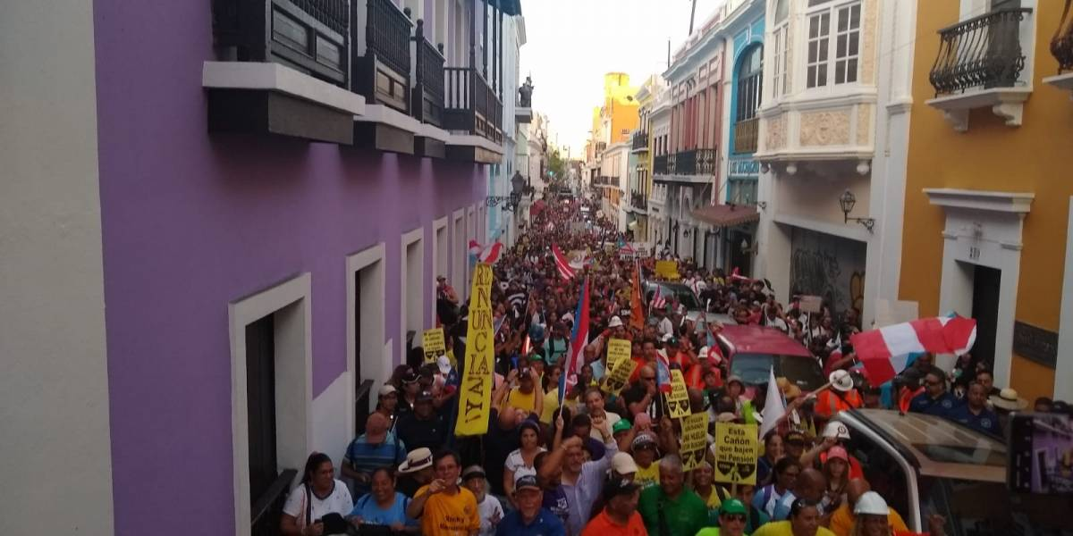 Cacerolazo, caballos y protestas frente a Fortaleza... toma fuerza reclamo por renuncia Rosselló