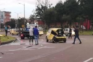 Impresionantes imágenes de accidente entre carro particular y taxi en Bogotá