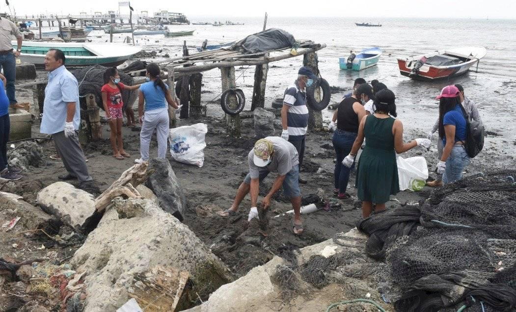 Sacan de la Isla Puná 25 sacos de plástico