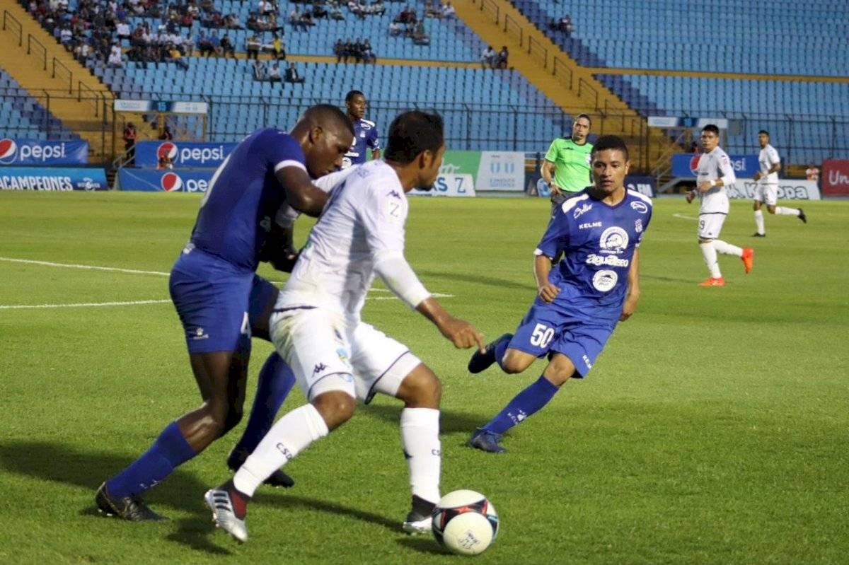 Ángel Rodríguez durante una acción esta tarde en el estadio Doroteo Guamuch Flores