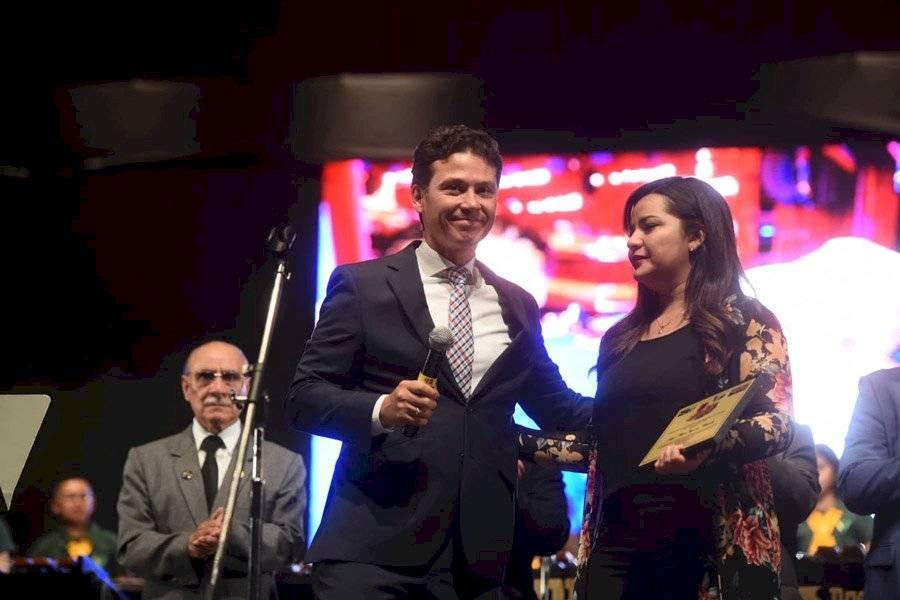 Jaime Torres entrega placa conmemorativa a la hija de Ángel Mario Figueroa