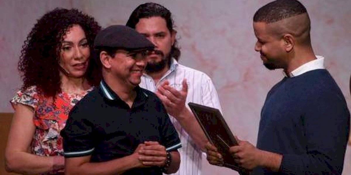 """En obra """"Los Incomprendidos"""" reconocen la trayectoria Teatral de Juancito Rodríguez"""