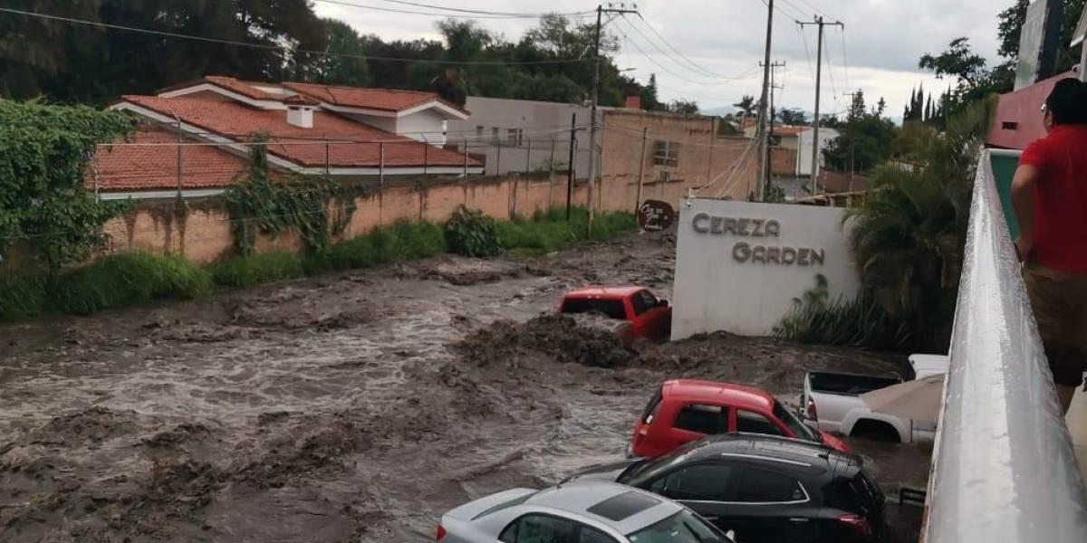Lluvia inunda Boulevard Bosques de Santa Anita en Jalisco