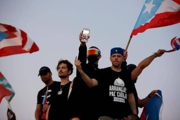 Artistas y ciudadanos responden con protesta frente a anuncio de no reelección de gobernador de Puerto Rico