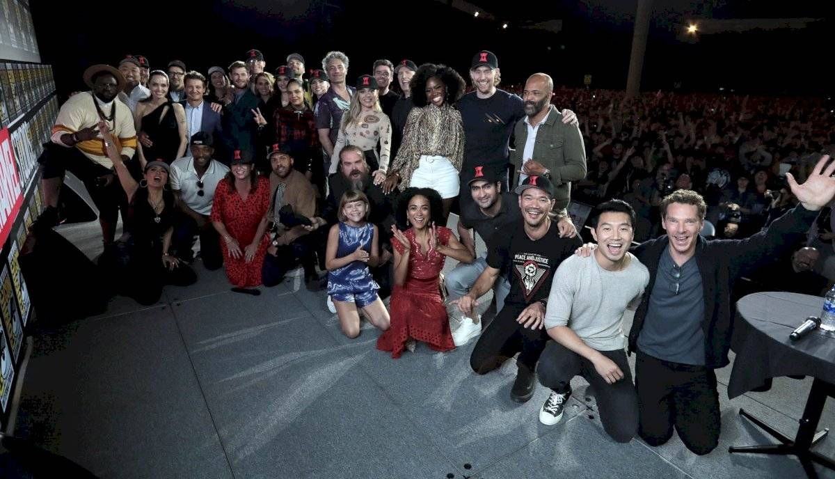 Fotografía cedida por Disney de las estrellas del universo cinematográfico de Marvel posando tras su evento en la Comic-Con este sábado en San Diego (