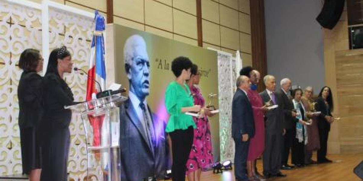 """Fundación Juan Bosch entrega premio """"A la Patria se le sirve"""" 2019"""