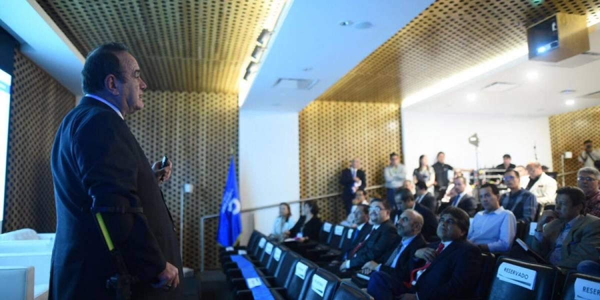 Alejandro Giammattei presenta a dos ministros que ocuparían su gabinete de gobierno