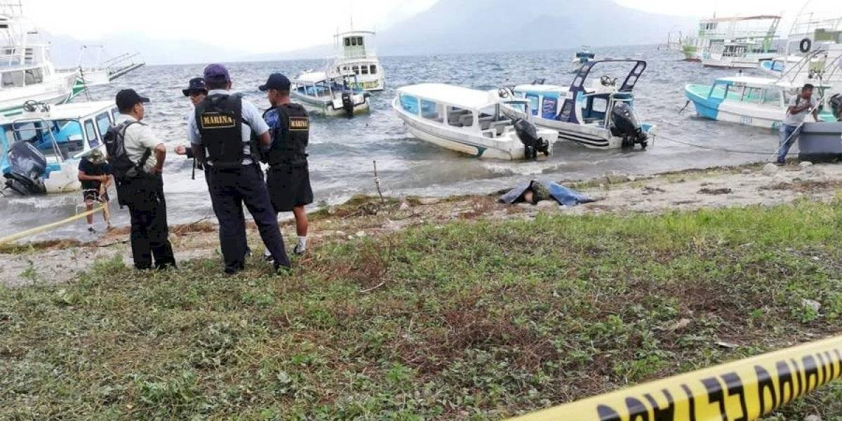 Cadáver de una mujer que habría sido violada aparece flotando en lago de Atitlán