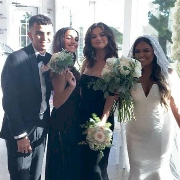 Selena en la boda de su prima @selesbian