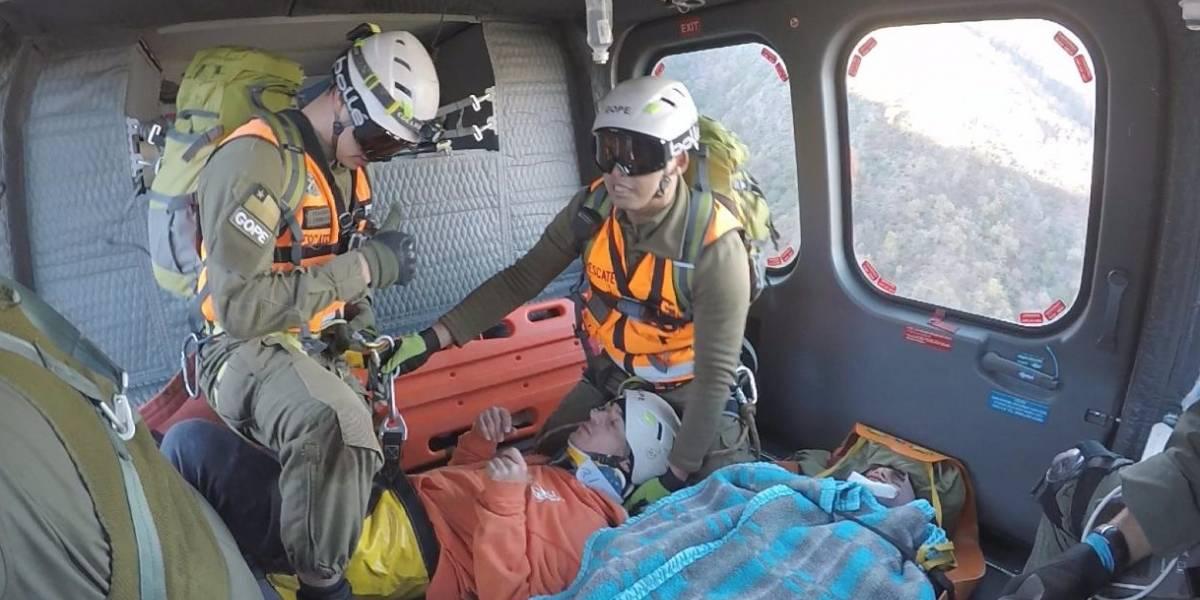 Carabineros de Chile rescató a dos excursionistas heridos en el Cerro Poqui