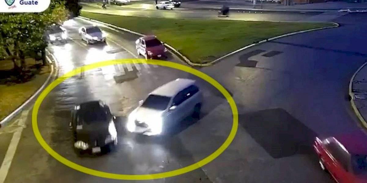 VIDEO. Conductor imprudente se pasa un alto y provoca dos choques