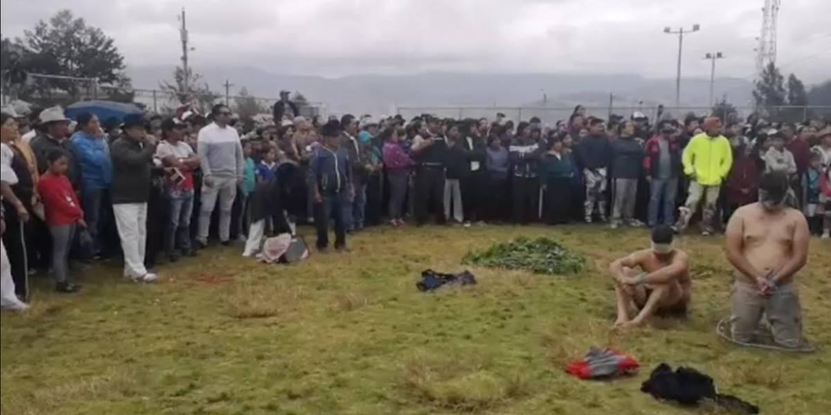 Peguche: Castigan con justicia indígena a tres hombres acusados de robar un auto