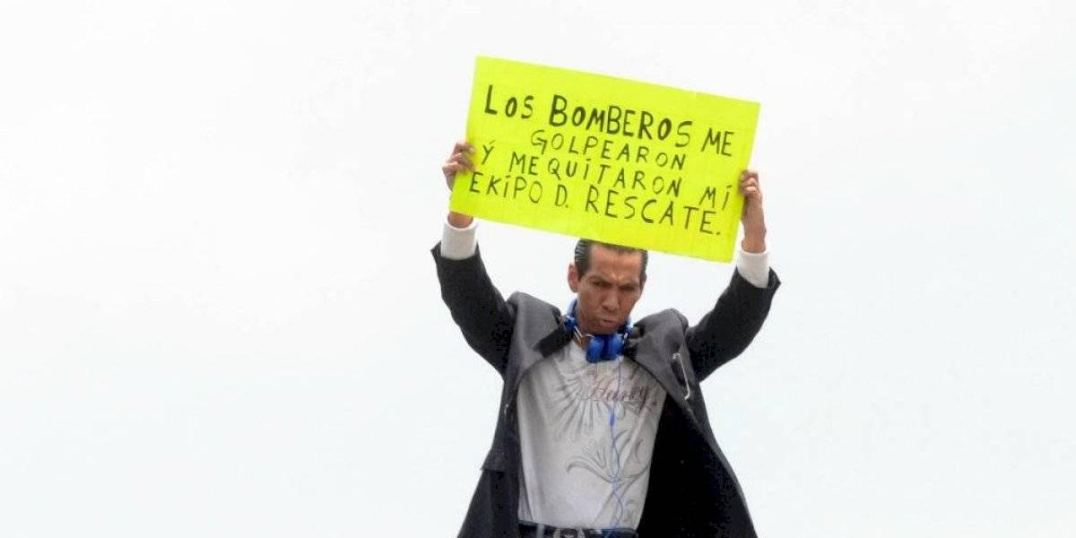 Hombre protesta por presunto robo de bomberos sobre puente de San Antonio Abad