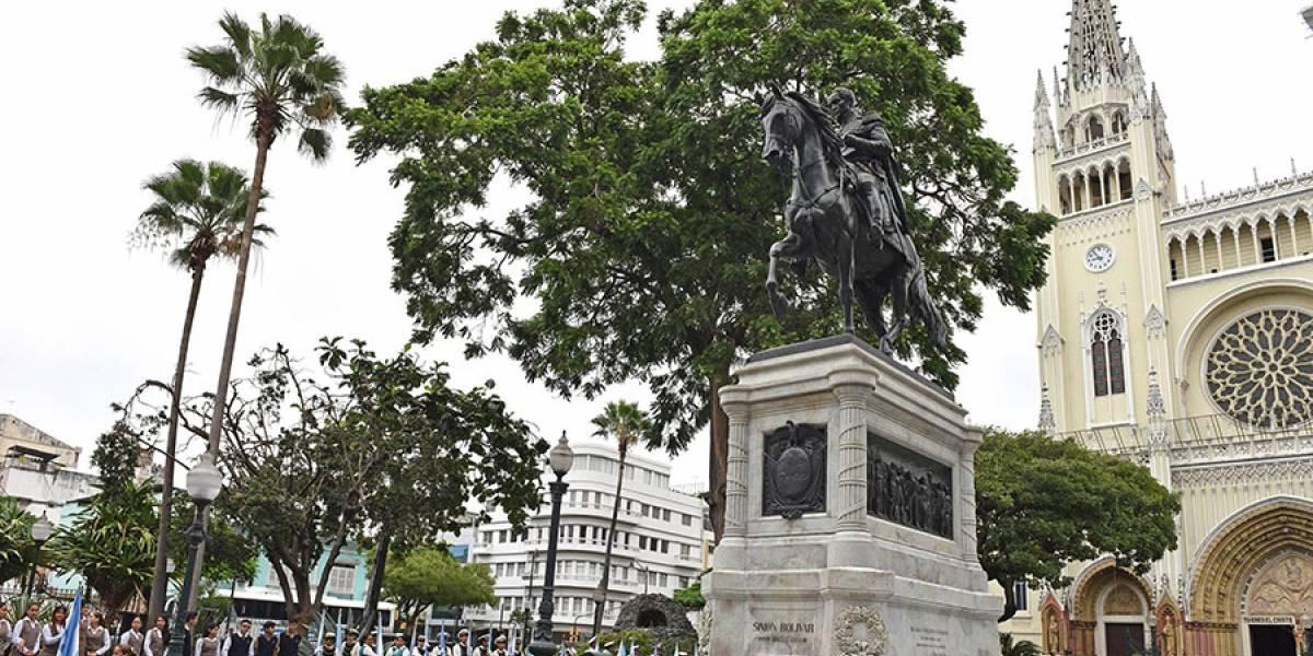 Guayaquil: colocan ofrenda floral en el Monumento a Simón Bolívar