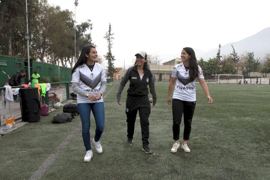 El plantel femenino de Santiago Morning entrena en el Estadio Municipal de Peñalolén / Foto: Carlos Ibarra