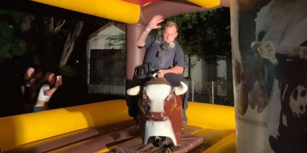 Policía llegó a una fiesta por ruidos molestos, se salió del protocolo y terminó arriba de un toro mecánico