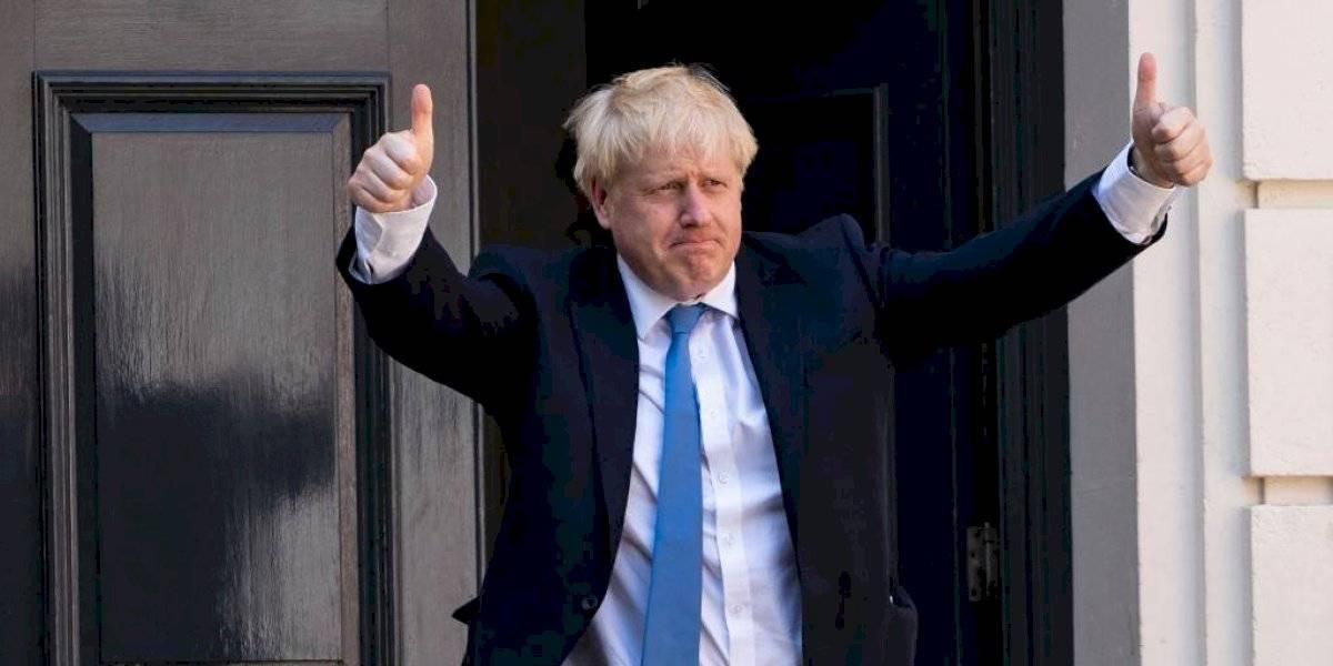 Primer ministro británico sale de cuidados intensivos, pero sigue hospitalizado por COVID-19