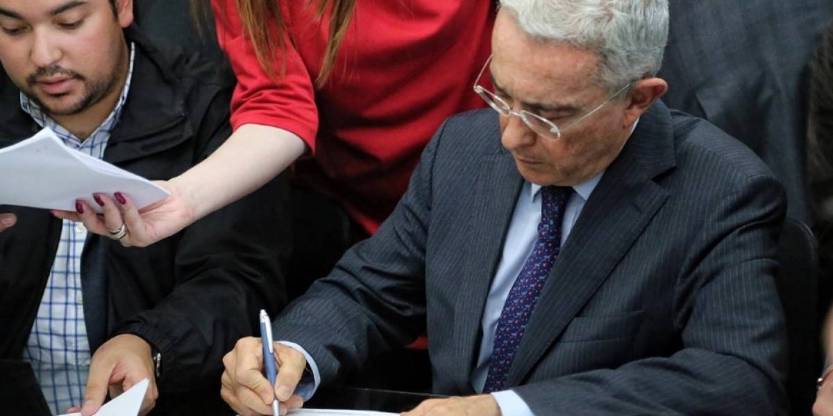 """Uribe quiere que colombianos olviden su dicho """"trabajar, trabajar y trabajar"""" con esta ley"""