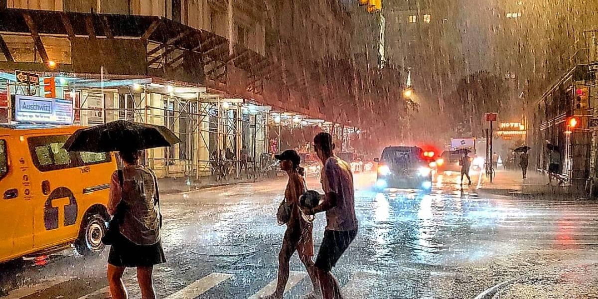 Tempestade deixa ruas de Nova York alagadas e famílias sem energia elétrica