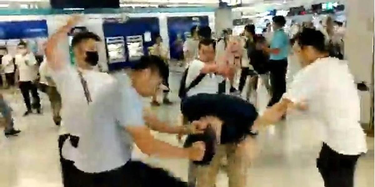 Grupo armado ataca a manifestantes en metro de Hong Kong