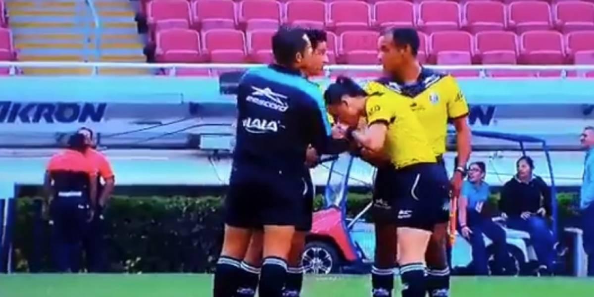 VIDEO: Mujer árbitro besa mano de compañeros en la Liga MX Femenil