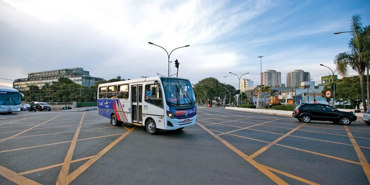Flagrante: Vans da EMTU fazem conversão proibida na avenida do Estado