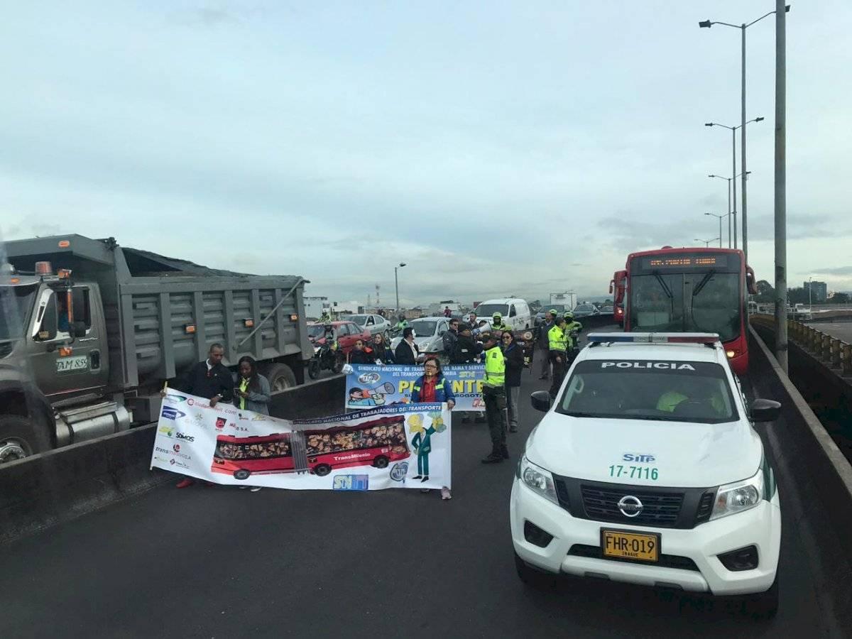 Trabajadores de TransMilenio realizan bloqueo sobre la calle 80