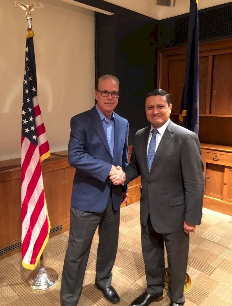 Carlos Raúl Morales junto al senador Mike Braun. Foto: Twitter