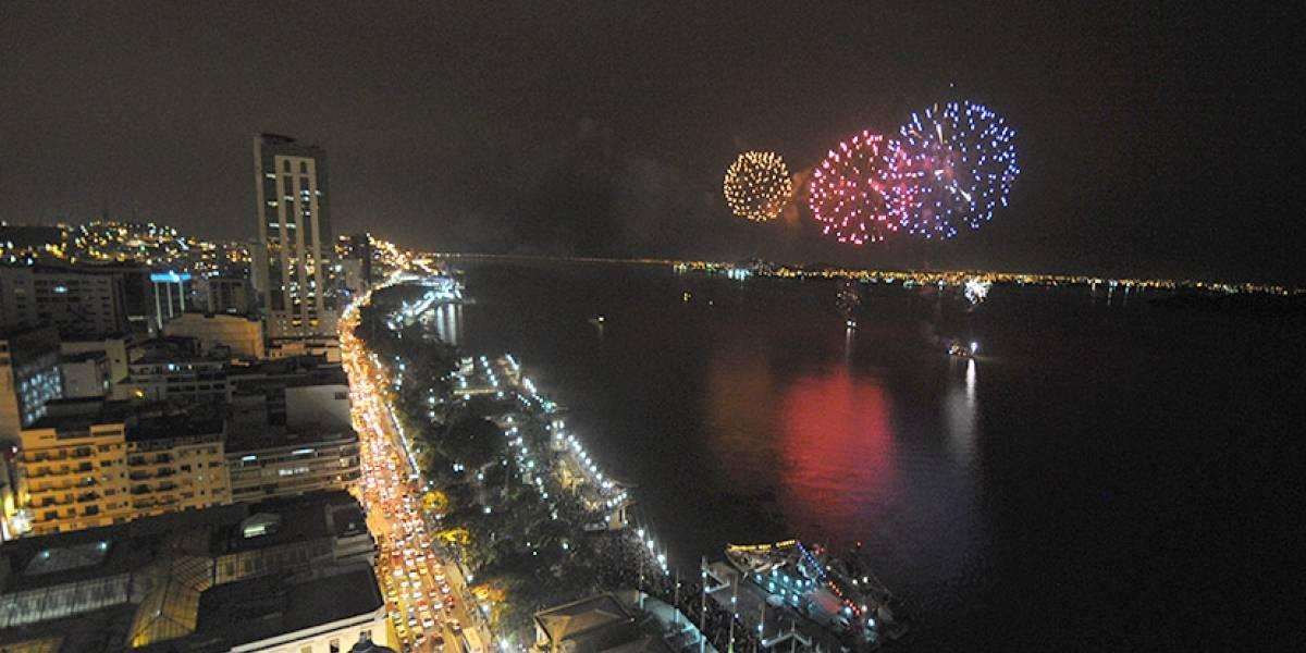 Espectáculos de fuegos artificales llenan de color el cielo de Guayaquil