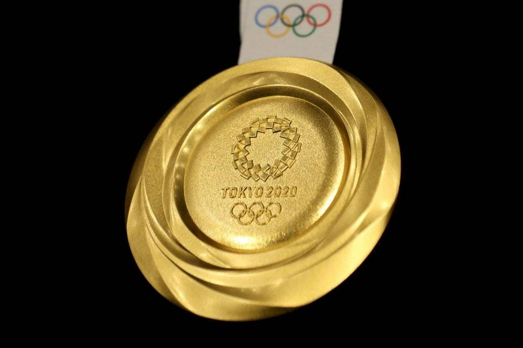 Foto AFP | Las medallas tienen un luz y brillo que refleja la energía de los atletas, según los organizadores