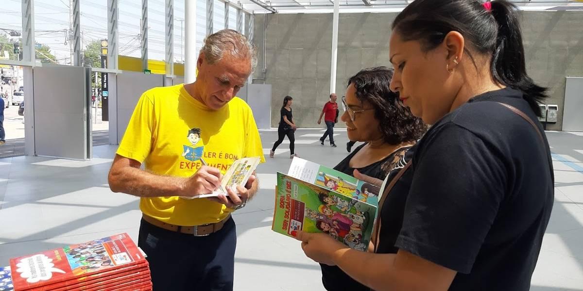 Viajando na leitura: Projeto distribui livros na estação Largo Treze do metrô