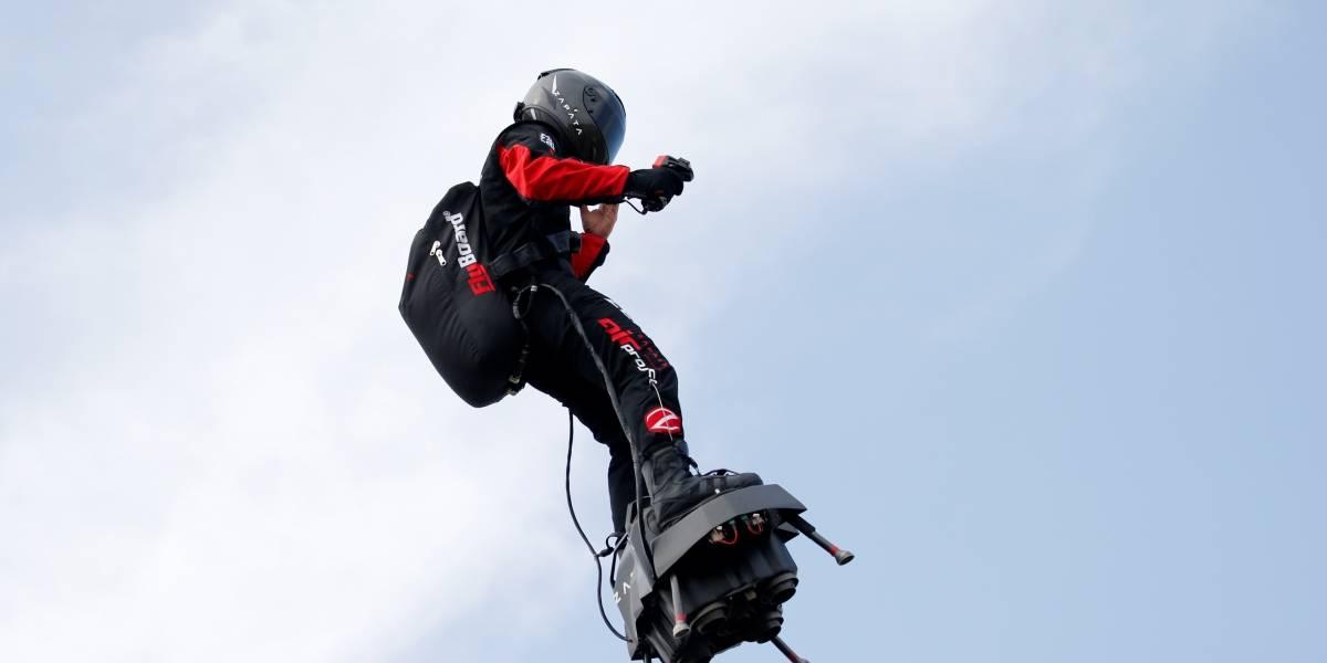 Inventor francês fracassa ao tentar cruzar Canal da Mancha com prancha voadora