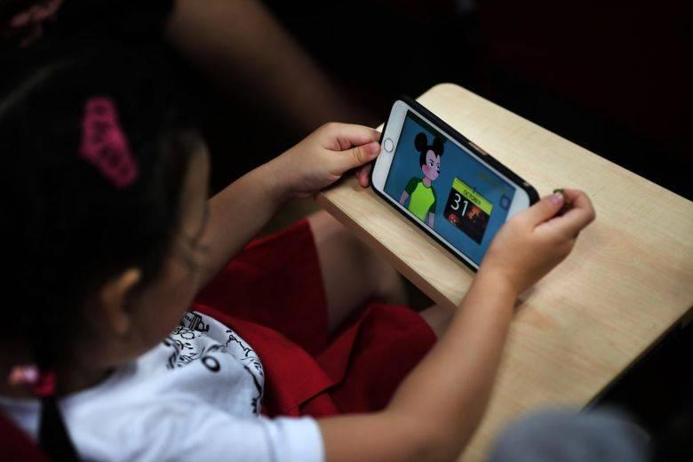 Ingresan proyecto de Ley para prohibir los celulares en las salas de clases y recreos en los colegios del país