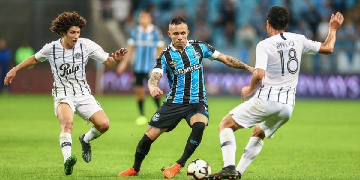 Gremio impuso jerarquía, derrotó a Libertad con uno menos y sacó chapa de candidato en la Libertadores