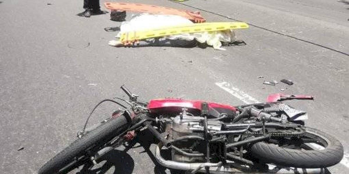Pareja que viajaba en moto muere tras accidentarse en el Periférico