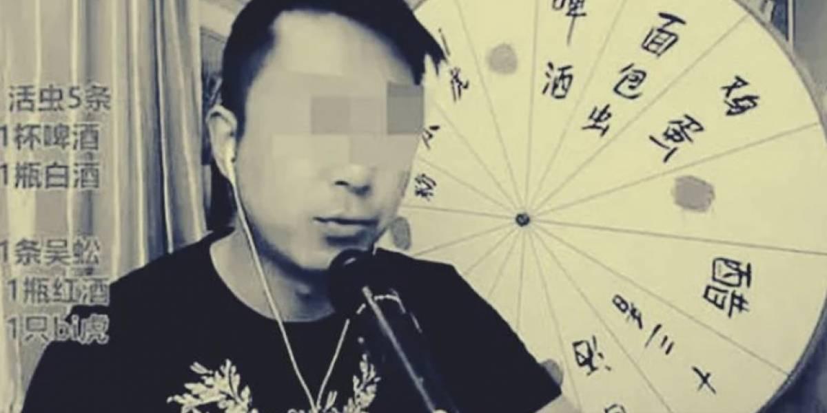 Un hombre muere mientras transmitía en Internet un reto de comer insectos